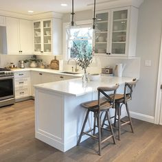 New Pictures white kitchen with peninsula Strategies Uncovering a stunning all-white your kitchen layout may possibly seem straightforward, yet it is not. Kitchen Redo, Home Decor Kitchen, New Kitchen, Home Kitchens, Kitchen Design, White Ikea Kitchen, 10x10 Kitchen, Small Kitchen Layouts, Narrow Kitchen