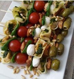 Deze pastasaladespiesjes staan zo leuk op een hapjestafel! Je kunt er vanalles op doen eigenlijk, net waar je zin in hebt. Ik heb nu ee...