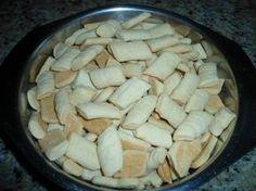 Ingredientes 2 copos (americano) de nata 2 copos (americano) de açúcar 1 kg de farinha de trigo, com fermento. 2 copos (americano) de coco ralado 4 ovos Modo de