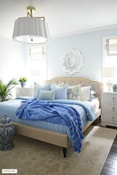 Gorgeous summer bedroom decorating with layered blue blankets, chic throw pillows and palm plants. Bedroom Decor For Couples, Diy Home Decor Bedroom, Blue Home Decor, Small Room Bedroom, White Decor, Bedroom Ideas, Master Bedroom, Bedroom Inspiration, Coastal Decor