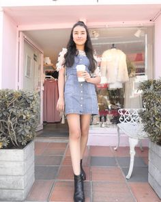 La imagen puede contener: 2 personas, personas de pie y calzado Youtubers, Look Body, Tumblr Outfits, Strike A Pose, Beautiful Outfits, Denim Skirt, High Waisted Skirt, Zara, Fashion Outfits