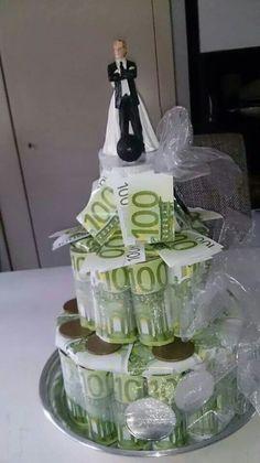 Bruidsgeldtaart van nepgeld (notitieblaadjes action). binnenin zit het echte geld in een potje.