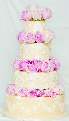 Add a couple of bouquets of roses to your wedding cake...