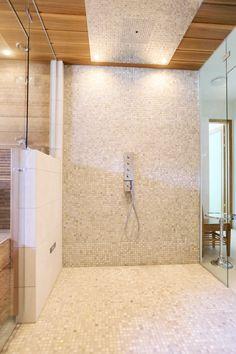Suihkutilan mosaiikki ABL-Laatat #mosaikki #hiekansävyt #mosaiikkiseinä #suihkutila #abl #abllaatat #kylpyhuone #saunatila