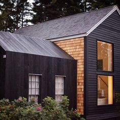 Shou sugi ban : comment protéger le bois à l'aide du feu Modern Barn, Modern Farmhouse, Style At Home, Building Design, Building A House, Cottage Exterior, Black House, Home Fashion, Architecture Details