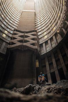 La Tour Ponte City à Johannesburg capturée par Dimitar Karanikolov Photography Series, City Photography, Abandoned Buildings, Abandoned Places, Impressive Image, Under The Rainbow, Grid Design, Brutalist, Looks Cool