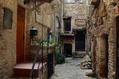 Bussana Vecchia - Artisti a lavoro ~ Italy Travel Web