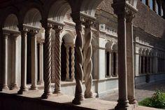 Claustro de San Juan de Letrán decorado con la técnica denominada estilo cosmatesco (decoración geométrica a base de fragmentos de mármoles de colores) -Románico del Lacio.