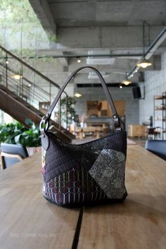 'aube(오브)'가방 : 네이버 블로그 Patchwork Bags, Quilted Bag, Japanese Bag, Fabric Bags, Quilt Patterns, Purses And Bags, Quilts, Sewing, Blog