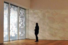 Le designer londonien Simon Heijdens a appliqué des films spéciaux sur les fenêtres de l'institut des arts de Chicago créant des ombres en constante évolution reflétant les conditions climatiques en temps réel.