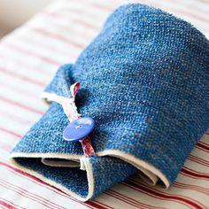 Ompele helppo hiuspyyhe vaikka vanhasta, jo kuluneesta pyyhkeestä. Eloveena-hiuspyyhe on kevyt, eikä se rasita niskaa.Hiuspyyhe puetaan päähän, hiukset Sewing Hacks, Sewing Tutorials, Sauna Design, Coin Purse, Stitch, Fabric, Diy, Crafts, Malli