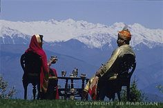 L'heure du thé en tenue d'apparat chez le maharaja de Dalhousie dans les contreforts de l'Himalaya