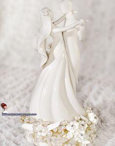 Os noivinhos devem representar o casal e seus sentimentos. Além de ser uma recordação para toda vida!   www.noivinhostopodebolo.com