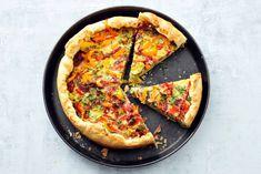 Lentequiche met salami, puntpaprika en kruiden - Recept - Allerhande