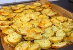 Krispig potatis med ost som är god att servera som tillbehör vid maten. Enkel att laga och mycket uppskattat av alla kring matbordet. 4 portioner krispig potatis med ost 6 st potatis, fast sort 3 dl riven ost 1 tsk vitlökspulver 1 msk salladskrydda eller örtsalt 0,5 tsk svartpeppar Olivolja Serveringsförslag: Saftig kycklingfilé- recept HÄR! …
