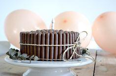 Plus de photos sur WWW.ANNECLAIRERUEL.COM ( lien dans le profil) Pour celles qui me demandent: Ce sont juste 2 gâteaux génoises avec une ganache chocolat entre les deux et par dessus pour coller les fingers et maltesers ;) pas de recette en particulier