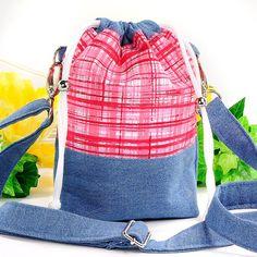 Schultertasche / Beuteltasche - handgenäht im modischen Look. Leicht und schön... perfekt für unterwegs! #kasuwa #Handtasche #Fashion #Modeaccessoires #handgenäht #Jeans #Taschen #Taschenkaufen #frühling2021 Drawstring Backpack, Gym Bag, Shops, Backpacks, Bags, Fashion, Handbags, Color Blue, Red