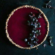 dark berries tart with basil I beeren kuchen Just Desserts, Delicious Desserts, Dessert Recipes, Yummy Food, Impressive Desserts, Vegan Desserts, Berry Tart, Bolo Cake, Cookies Et Biscuits