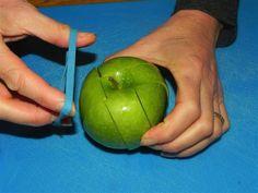 Geschnittener #Apfel für Unterwegs. Mit diesem Trick wird er nicht braun und bleibt frisch. Tolle Idee...