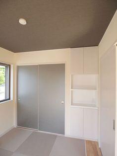 朝日ホーム » 亀岡市千代川町T様邸 和室は、天井のアクセントクロスと、モダンな襖紙でおしゃれにコーディネート。