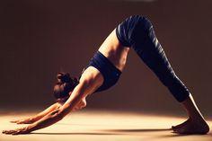 Yoga poses offer numerous benefits to anyone who performs them. There are basic yoga poses and more advanced yoga poses. Here are four advanced yoga poses to get you moving. Easy Yoga Poses, Yoga Poses For Beginners, Poses Yoga Faciles, Yoga Bewegungen, Fat Burning Yoga, Basic Yoga, Simple Yoga, Bhakti Yoga, Yoga Posen