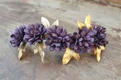Tiara con flores de color berenjena y hojas de hiedra en dorado mate. Mide aproximadamente 15 cm y se sujeta con presillas. Muy versátil, se puede poner en muchas posiciones.