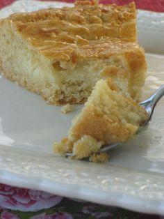 Gâteau Basque au Thermomix 150g de beurre mou 200g de sucre 1 oeuf + 1 jaune 300g de farine 1 pincée de sel 50g de poudre d'amande 1 sachet de levure chimique Creme patissière : 500g de lait 40g de farine 3 oeufs (dont 1 pour la dorure) 2 càs de sucre vanillé 60g sucre poudre Quelques gouttes d'amande amere