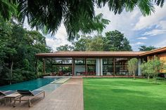 GS House is a modern country house designed by Jacobsen Arquitetura. GS House is located in Itu, Sao Paulo, and has a built area of 1190 sqm. Country Modern Home, Country House Design, Country Houses, Tropical Architecture, Modern Architecture, Style At Home, Facade Design, Facade House, House Roof
