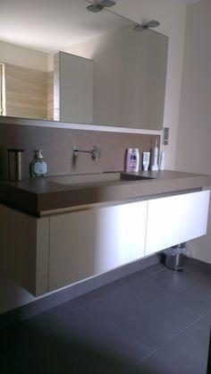Maatwerk greeploos badmeubel met doorlopende greeplijst en Keratop keramisch wastafelblad.