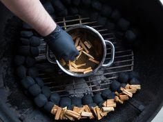 Apfel Wood-Chips werden auf die Briketts gelegt