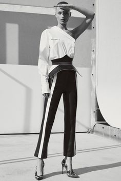The complete Mugler Resort 2018 fashion show now on Vogue Runway. Fashion 2018, Fashion Week, Runway Fashion, Womens Fashion, Vogue Paris, Style Casual, Men Casual, Edgy Style, Style Minimaliste