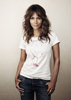 Halle Berry Opens Up About Begging Hollywood to Take Her Seriously: 'Adversity Does Not Discriminate' - 'My looks haven't spared me one hardship' Halle Berry says being beautiful has not helped her - Halle Berry Hairstyles, Hairstyles With Bangs, Brown Blonde Hair, Wavy Hair, Medium Hair Styles, Curly Hair Styles, Hair Medium, Hally Berry, Corte Y Color