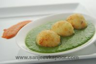 Potato Cheese Balls In Spinach Gravy: Air fried potato and paneer koftas served with palak gravy.