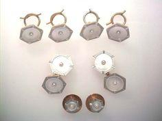 Das Frack/Smoking-Set ist aus den 20er Jahren, wie damals häufig in 18 Karat Gold und Platin gearbeitet,die 6-eckige äußere Form ist facettiert, innen mit Perlmutt ausgelegt und im Zentrum jeweils mit einer kleinen Perle. Die Garnitur ist acht-teilig und sehr hochwertig verarbeitet, im Orginalzustand mit allen Splinden und Schrauben vollständig. http://schmuck-boerse.com/maenner/51/detail.htm http://schmuck-boerse.com/index-gold-herrenschmuck-3.htm