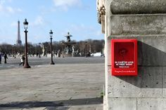 One more reason to love Paris! Paris Is Prepared for Love Emergencies With Breakable Flower Boxes for Valentine's Day Street Marketing, Marketing Viral, Guerilla Marketing, Viral Advertising, Event Marketing, Creative Advertising, Advertising Campaign, Video Fr, Beautiful Red Roses