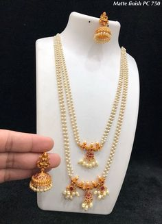 Gold Jewelry Design In India Jewelry Design Earrings, Gold Earrings Designs, Gold Jewellery Design, Bead Jewellery, Ruby Jewelry, India Jewelry, Tiffany Jewelry, Jewelry Stand, Temple Jewellery