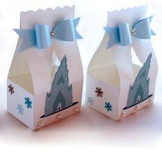 Caixa para lembrancinhas, realizada em papel 180grs perolizado com o tema Frozen. A caixa é fechada com fita adesiva. Ela vai aberta e depois que você a encher é só retirar a película de proteção e fechá-la. Na frente tem um laço de papel com detalhes de floco de neve e strass, o Castelo de Elsa e pérolas. Nas laterais floquinhos de neve.    Posso realizar em outras cores para combinar com a decoração da sua festa. Podem ser variadas ou todas iguais.  A princesa Elsa e sua irmã Anna estão…