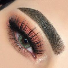 Naturel brown/coral eye makeup