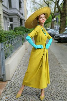 Chartreuse and Turquoise (Advanced Style) Mature Fashion, Older Women Fashion, Womens Fashion, 80s Fashion, Style Funky, Vintage Style, Ari Seth Cohen, Silver Haired Beauties, Stylish Older Women