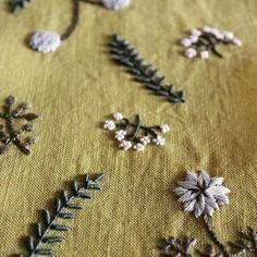 最後のポーチの刺繍を終えて縫製工場(夫)へ。 ・ 次はタグ作り!  #tetoteworks #embroidery #手刺繍 #linen  #ポーチ#植物#工房からの風から展 #伊勢丹新宿店