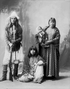 Photographs of Native American Indians : Bread Maker, Little Squint Eye Searching, and child - San Carlos Apache Apache Indian, Apache Native American, Native American Photos, Native American History, Native Indian, American Indians, American Symbols, First Nations, Nativity