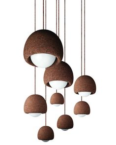 Conjunto de candeeiros de suspensão Orb pequenos, em aglomerado negro de cortiça natural, coleção Light da Simpleforms.