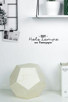 DIY Lampe aus Holz: Du liebst selbstgemachte Möbel? Dann bastel dir diese geometrische Tischlampe in Form eines Dodekaeders aus Holzfurnierpapier, die kostenlose Vorlage + Anleitung findest du auf schereleimpapier.de! [schereleimpapier DIY & Wohnen]