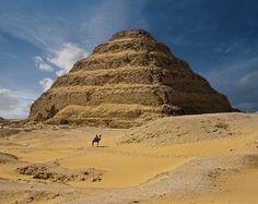 La pirámide escalonada  El gran monumento funerario de Djoser, en Saqqara, suscitó admiración ya entre los antiguos egipcios. En el Imperio Nuevo, a un visitante, al verlo, le pareció que «el cielo estaba en su interior y Re amanecía en él».