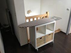 Un meuble table à repasser sur roulettes