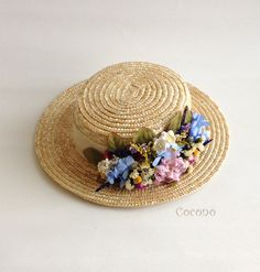 Image of Canotier with a low cup decorated with dried and preserved flowers. Sombreros Fascinator, Fascinator Hats, Fascinators, Pork Pie Hat, Silk Arrangements, Holiday Hats, Hat Crafts, Sun Hats For Women, Diy Hat