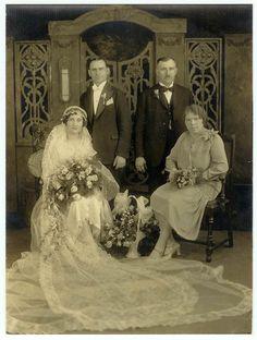 Chic Vintage Brides, Vintage Couples, Vintage Bridal, Vintage Weddings, Dress Vintage, Wedding Fans, Wedding Looks, Wedding Bride, Wedding Parties