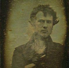 """10338254_274327126079069_1043112419452799006_n.jpg (480×473)   O fotógrafo Robert Cornelius, considerado, oficialmente, o primeiro a fazer um """"selfie"""" (Philadelphia, c.1839)."""