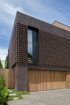 Modern house designs - Discover the unique design ideas of a modern home here. There are 21 examples of home design ideas created by professional architects Brick Design, Facade Design, Exterior Design, Decorative Concrete Blocks, Concrete Block Walls, Modern Brick House, Modern House Design, Brick Facade, Facade House