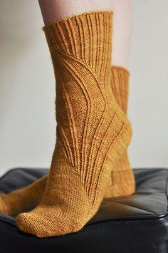 Ravelry: EliseDupont's Mustard all over my feet Lace Knitting, Knitting Stitches, Knitting Socks, Knit Crochet, Knitting Patterns, Crochet Things, Beginner Crochet Projects, Crochet For Beginners, Knitting Projects